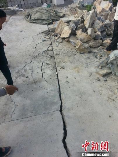 女人梦见地震地面开裂了