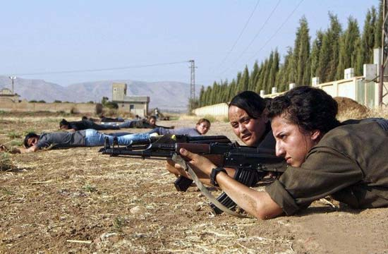 叙边境库尔德女子拿枪训练自卫