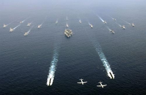 美国的航母战斗群强制推销所谓民主