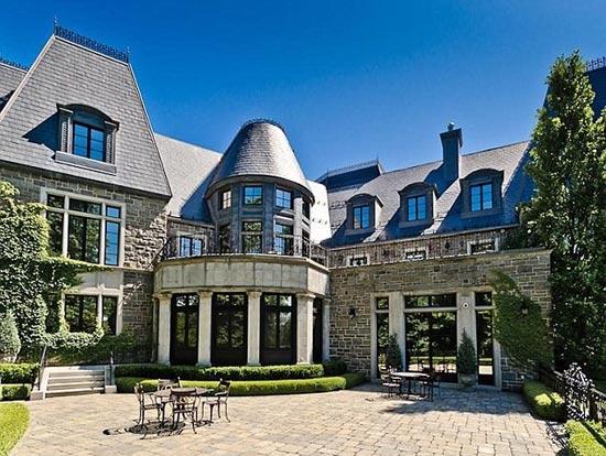 席琳·迪翁1800萬英鎊賣豪宅   【環球網綜合報道】據英國《每日郵報》9月3日報道,加拿大歌后席琳·迪翁近日以1800萬英鎊的標價連同所有家具,低價售賣位于蒙特利爾的豪宅。這座占地2萬4千平米的法式城堡風格豪宅位于小島上,并配有家庭健身中心、圖書館、拱形酒窖以及品嘗室,宅內飾有枝形大吊燈、燭臺以及奢華的皇室風格家具。   這整座由席琳·迪翁和她的丈夫于2011年親自設計的豪宅由于常年很少居住,夫婦二人忍痛割愛決定將豪宅賣出。據稱,迪翁的家人幾乎沒有來此居住過,