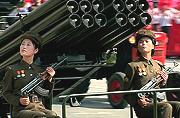 朝鲜女兵开火箭炮受金正恩检阅