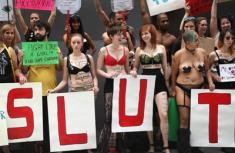 """美国举行""""荡妇游行"""" 呼吁反性侵"""