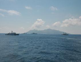 中国海警舰船被日本舰船跟踪