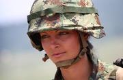 塞尔维亚漂亮女兵看得人心碎