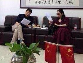 王菲李亚鹏看离婚协议照片曝光