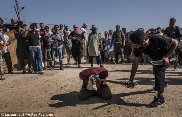 叙利亚反对派在儿童面前将政府军士兵斩首