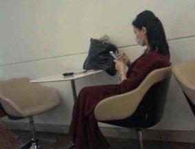 王菲现身新疆机场 戴口罩淡定看手机