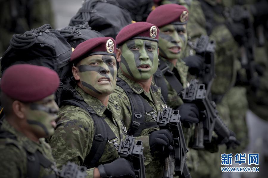 高清:中国三军仪仗队助威墨西哥阅兵仪式
