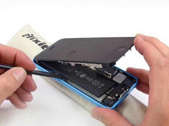 苹果iPhone 5c相比iPhone 5s在内部有什么样的区别,或许是不少人希望了解的内容。而专业拆解网站iFixit没有让人失望,在完成iPhone 5s的拆解之后,又很快将iPhone 5c大卸八块,从而让我们终于能够一窥该机内部零件以及构造。   电池容量更小   拆解iPhone 5c的方式与iPhone 5没有什么区别,用螺丝刀在最下面拧下两个小螺丝即可。而在移开显示屏之后,我们会发现iPhone 5c内部的主要构造基本上与iPhone 5s没有什么大的区别。   不过,iPhone 5c所
