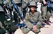 以色列女兵:纤柔与野性并存
