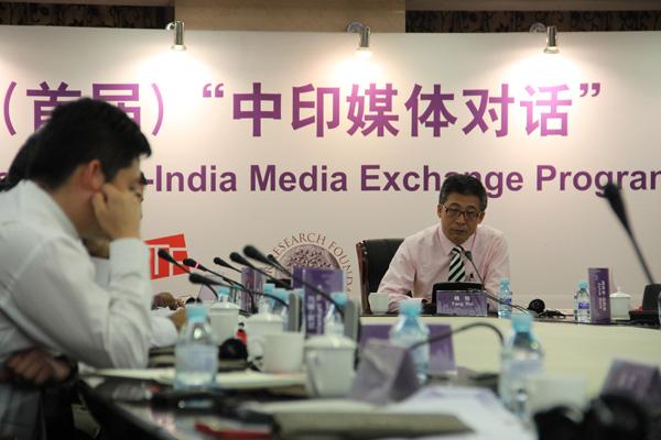 央视英语频道主持人杨锐作为中方主持人主持部分议题讨论
