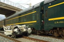青藏铁路乌兰境内发生汽车与火车相撞事故 3人死亡