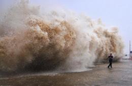 """强台风""""天兔""""登陆广东 汕头海水倒灌淹城"""