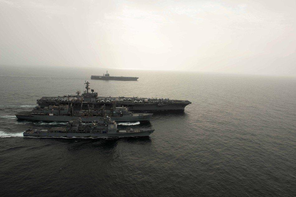 两艘航母以编队航行并进行了海上补给.