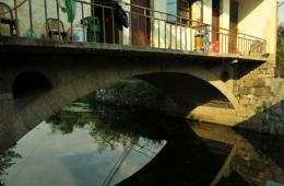 """浙江嵊州惊现""""桥上楼阁"""" 专家称可能瞬间坍塌"""