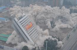 """沈阳""""温度计""""大楼爆破拆除"""