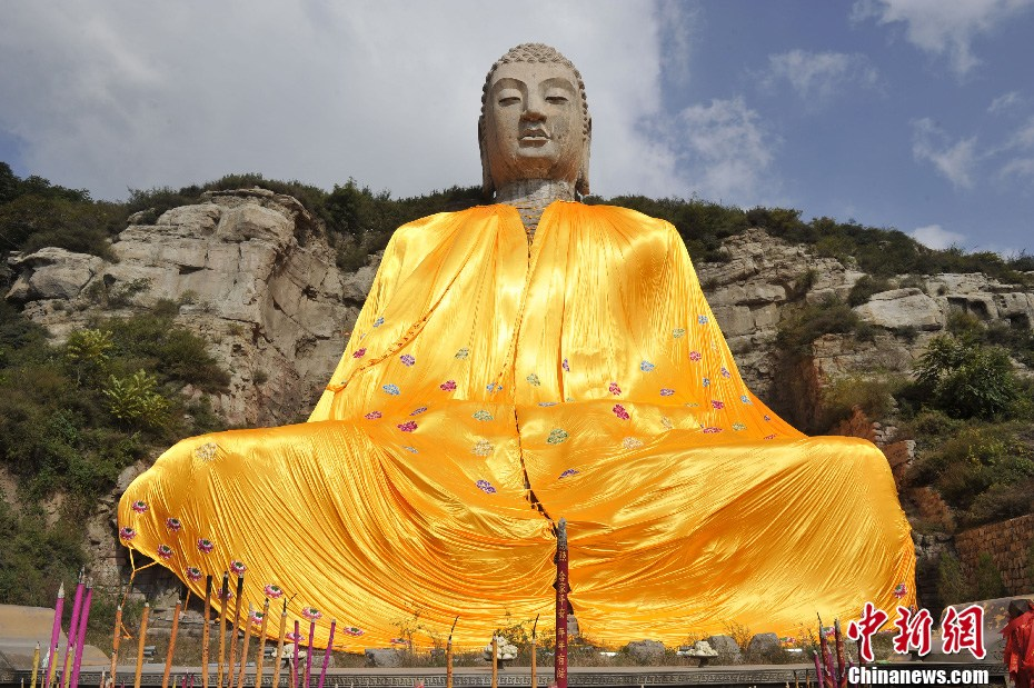 中國第一摩崖石刻蒙山大佛披上800斤巨型僧袍