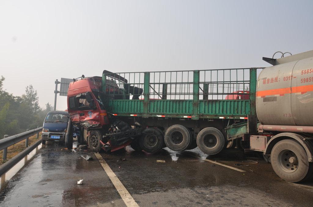 宁夏吴忠发生34车相撞交通事故