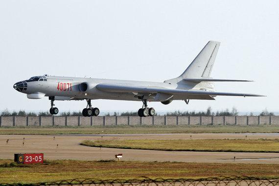 """曝光中国轰-6K一项能耐世界独一无二令人生畏2013-10-03 08:40 环球人物 我有话说 字号:TT     罗山爱    """"老兵""""焕发青春    据国际航空界专家介绍,与美国竭力挖掘B—52轰炸机的潜力一样,中国也在不断地挖掘轰—6K的潜力。中国空军主要将轰—6K当作""""巡航导弹发射机"""",目前可供它挂载的是去年公开的长剑—10陆基巡航导弹,射程可达2000公里,制导方式可能使用惯性加卫星制导,精度可能在10米左右 。    轰—6K可挂6枚远程巡航导弹,机身弹舱内还可挂1枚,其威慑力不容小觑,因为 - lzrlzr1202自然 - 来的都是客,都是友,欢迎交流。"""