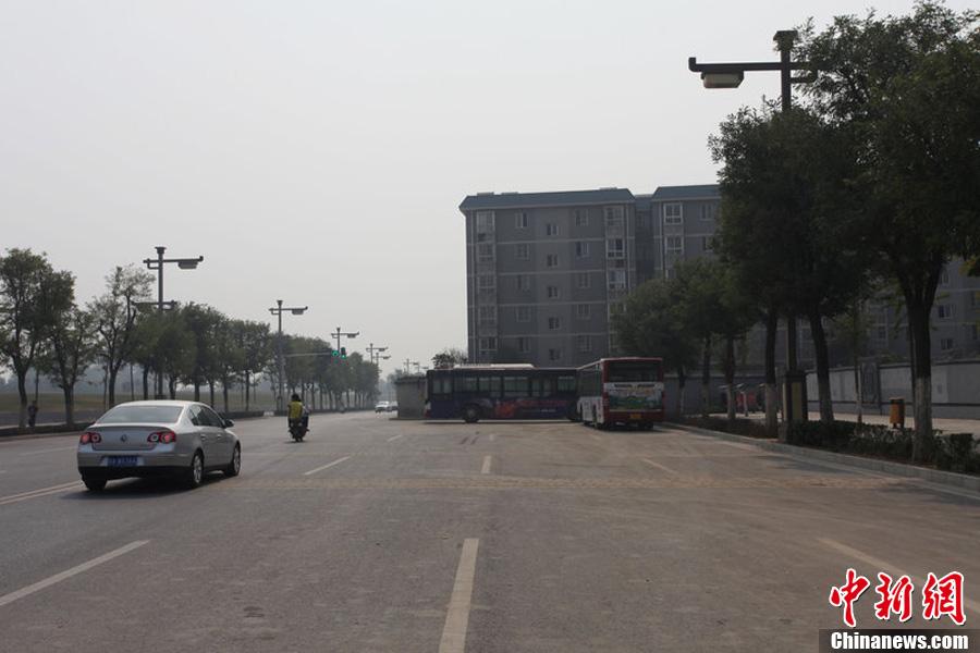 西安一小区楼盘 外延 挤占半条马路