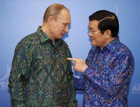 普京与阮明哲身着印尼传统服装