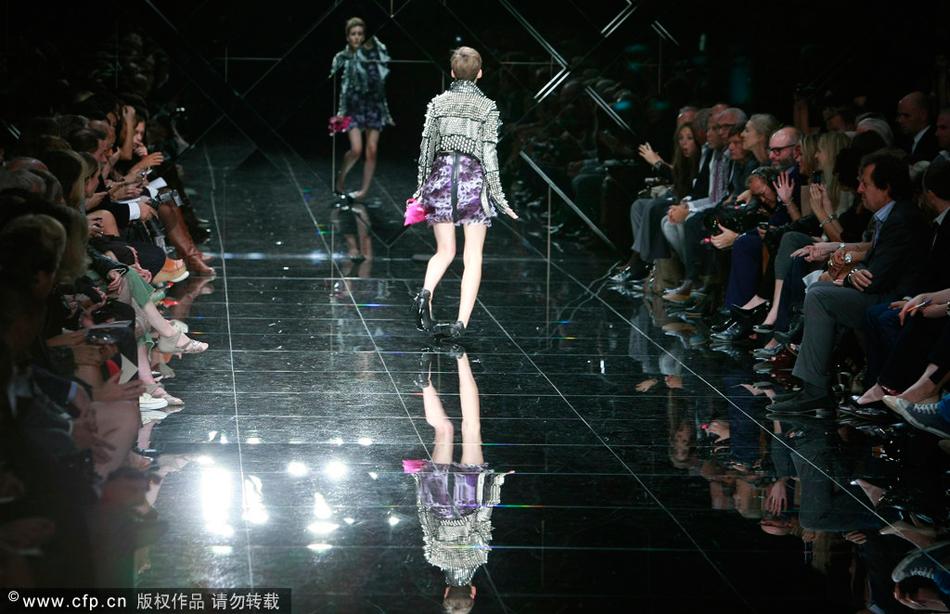 摄影师记录模特t台摔倒尴尬瞬间
