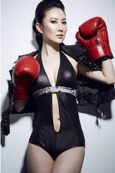 中饰演冷艳黑衣魔女首领的女星石天琦身着黑色比基尼手举鲜红拳击手套