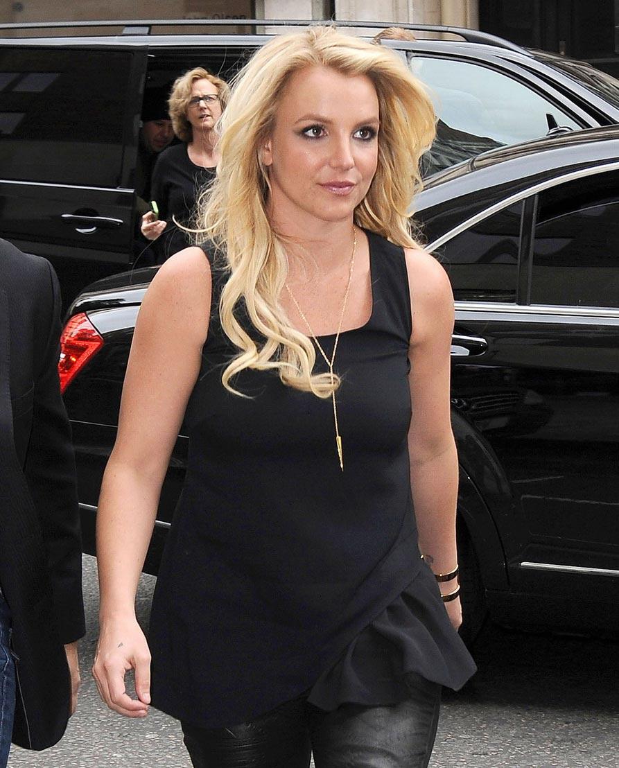 布兰妮身穿一件极其可爱的黑色短裙,外搭一黑色夹克.