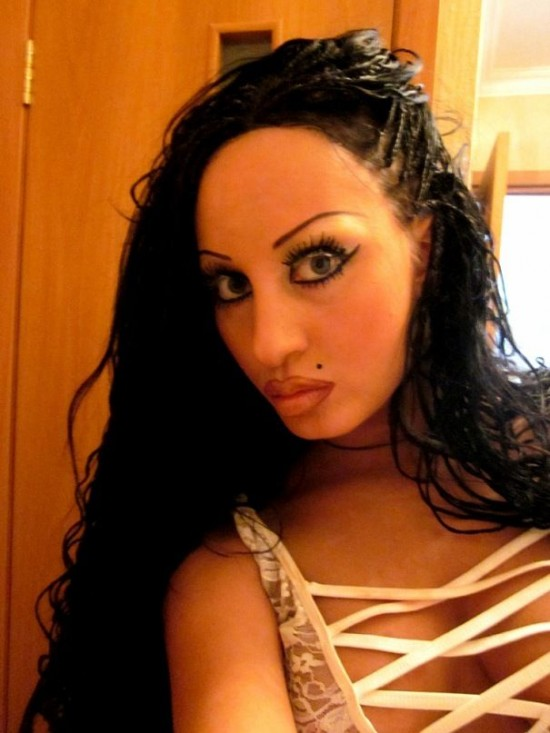 俄罗斯25岁女歌手疯狂整形13次 容貌大变