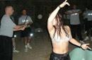 美女兵当众脱衣比赛摔跤