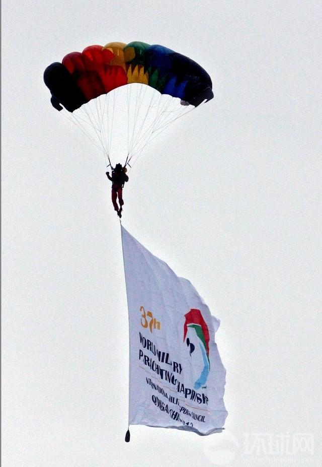 国际军体跳伞大赛四川拉开战幕