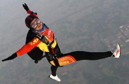 航拍八一跳伞队参赛运动员赛前试跳
