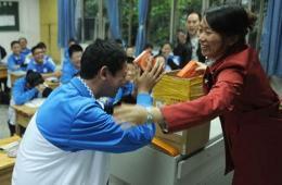 重庆男子花40万为儿子学校捐赠非智能手机