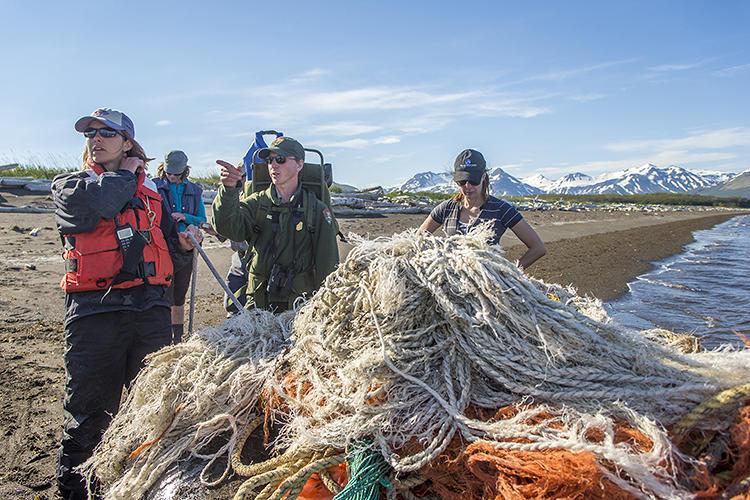 阿拉斯加科学团队回收海洋垃圾制作艺术品
