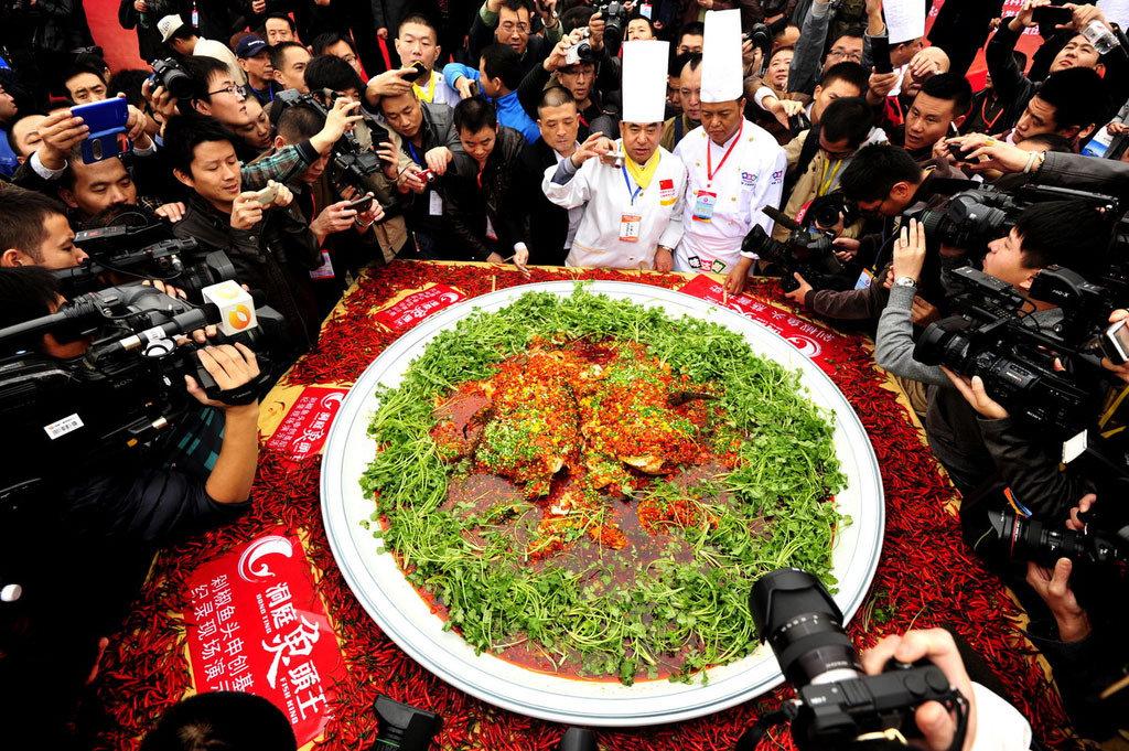 最大剁椒鱼头_世界最大剁椒鱼头在长沙开锅 菜盘直径近1.7米_国内新闻_环球网