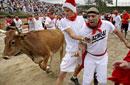 美国举行人牛奔跑大赛