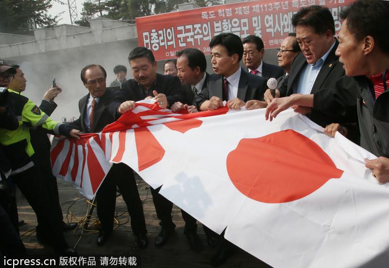 日本 韩国/韩国集会者欲撕毁日本国旗及军旗遭警方制止(3/3)