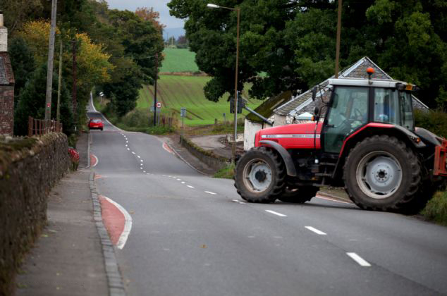 英小鎮防超速畫彎曲馬路線引爭論