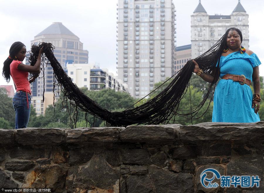 亚州jonesboro,47岁的asha mandela展示自己创作世界吉尼斯纪录的长发图片