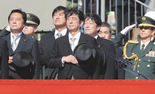 27日上午,日本首相安倍晋三在琦玉县的自卫队朝霞训练场出席陆上自卫队年度阅兵式。