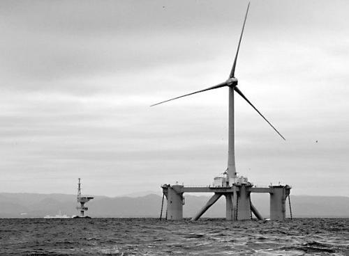 日本福岛沿海的一处海上风力发电装置。