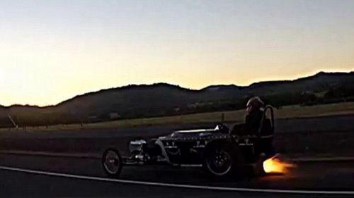 """美国发明家打造喷气动力""""棺材汽车"""""""