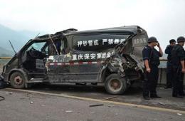 重庆北碚至主城高速路多车连环相撞 押钞车被撞变形