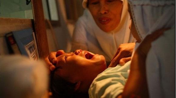 惨无人道!实拍印尼女孩割礼手术