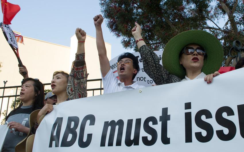美国多地华人大游行抗议ABC辱华节目