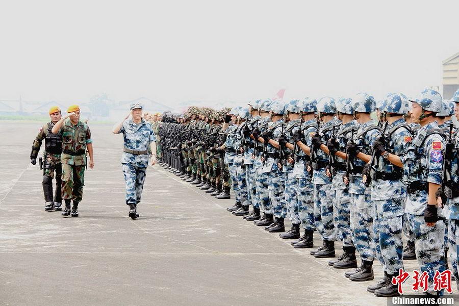 中国 空降兵/中国与印尼女空降兵亮相军演(9/9)