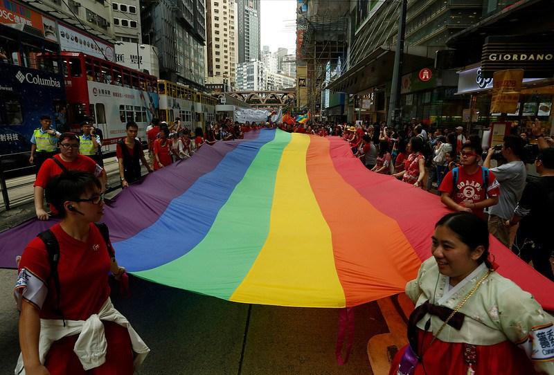同性恋性爱观频_香港同性恋举行大游行 少数派的狂欢