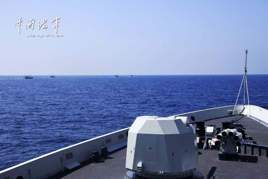 开始为我国4艘远洋小渔船实施伴随护航.这是海军第十五批护航编
