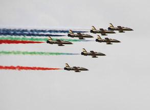 迪拜航展阿联酋空军首先献技