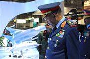 苏丹防长驻足观看中国枭龙猎鹰